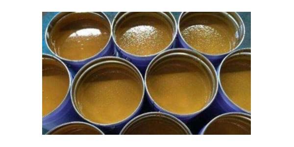 如何泄漏油污粘附于设备表面